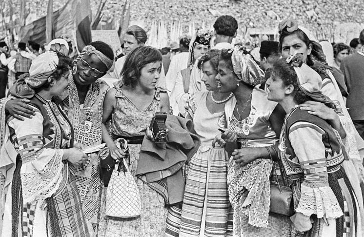 Представители Африки, Аргентины и Болгарии беседует на торжественном открытии фестиваля на Центральном стадионе имени В.И.Ленина, 1957 год