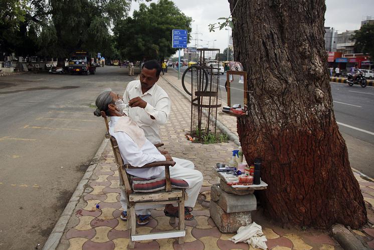 Индийский цирюльник за работой