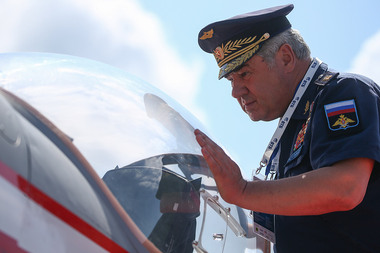 Виктор Бондарев осматривает учебно-тренировочный самолет Як-152 на авиасалоне МАКС-2017